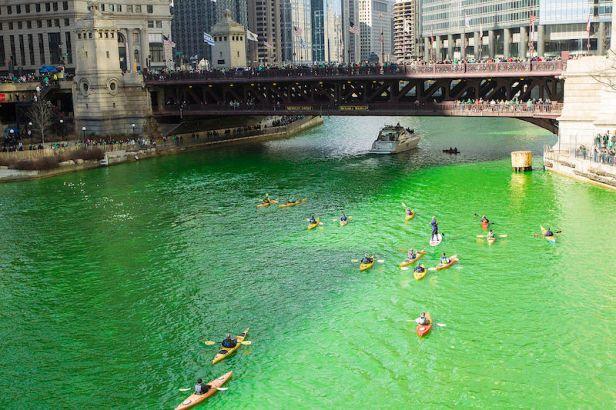 Le acque del Chicago River si tingono di verde il giorno di San Patrizio