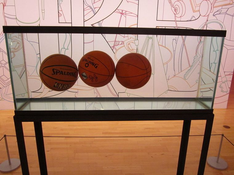 Jeff Koons, Three Ball Total Equilibrium Tank (1985) alla Tate di Liverpool (Inghilterra)