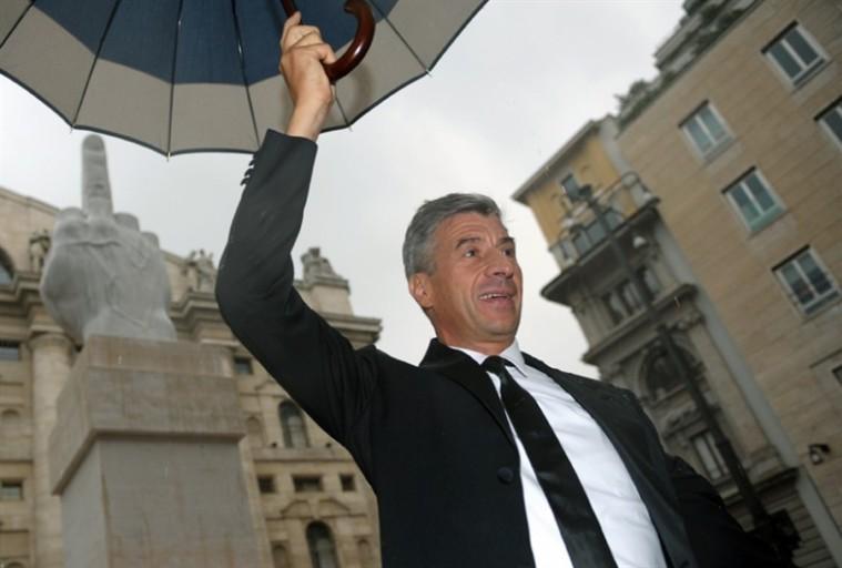 Cattelan in Piazza della Borsa a Milano