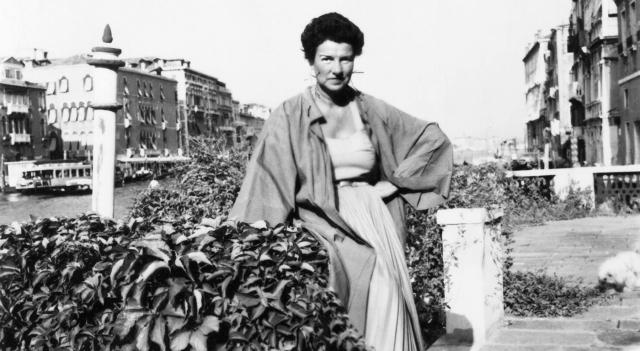 Peggy Guggenheim nel giardino del palazzo Venier dei Leoni