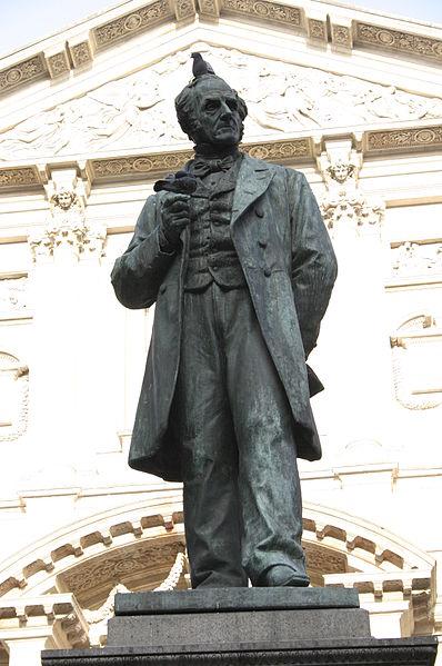 Monumento al Manzoni in p.zza San Fedele a Milano