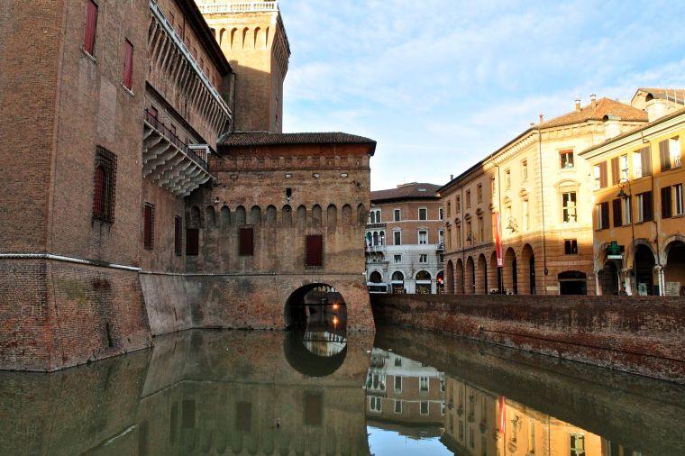 riflessi_nel_fossato_del_castello_estense_-_ferrara